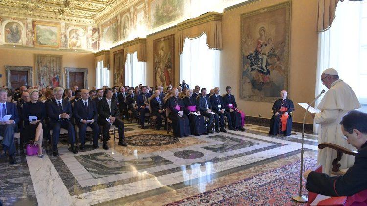 Papa: educação católica, doar esperança ao mundo global